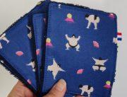 lingette lavable à motif sumo sur fond bleu foncé