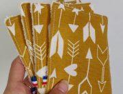lingette lavable à motif flèche sur fond jaune moutarde