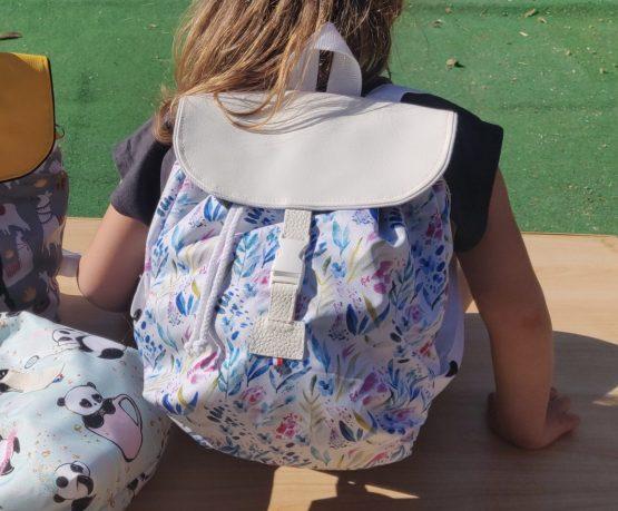 sac a dos avec des motifs comme des pandas, lamas, et des fleurs