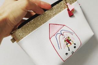 pochette brodée doodle avec un dessin d'enfant