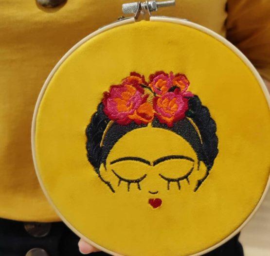 cadre brodé frida kahlo sur fond jaune