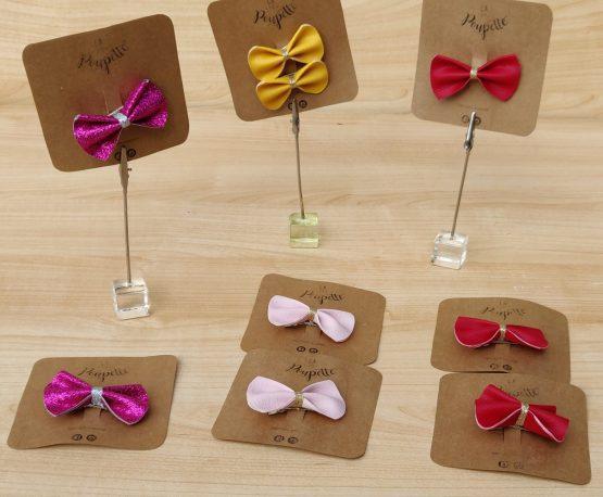 barrette avec un petit nœud rouge, rose et violet