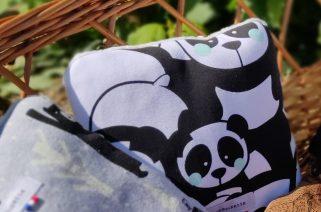 coussin ecolo avec un motif panda aux joues bleues
